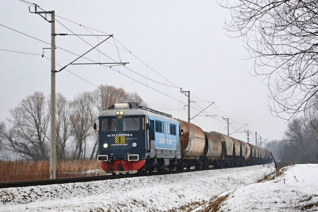 Sulzer 600.936 uhání s nákladním vlakem nedaleko zastávky Pakod