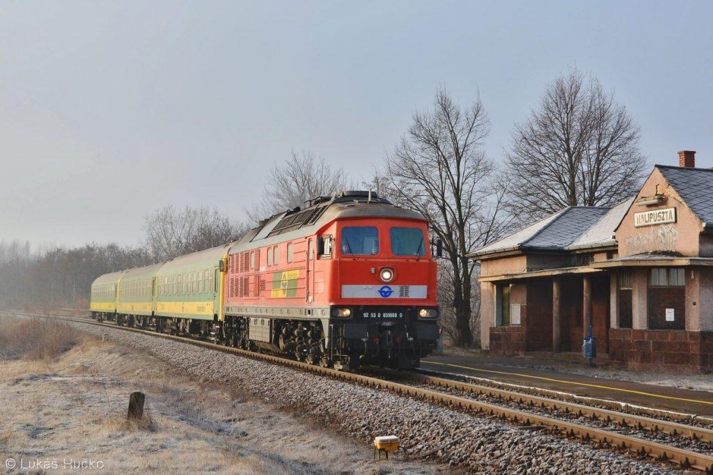 Ragulin 651.008 v čele zrychleného vlaku Szombathely – Györ projíždí zastávku Halipuszta