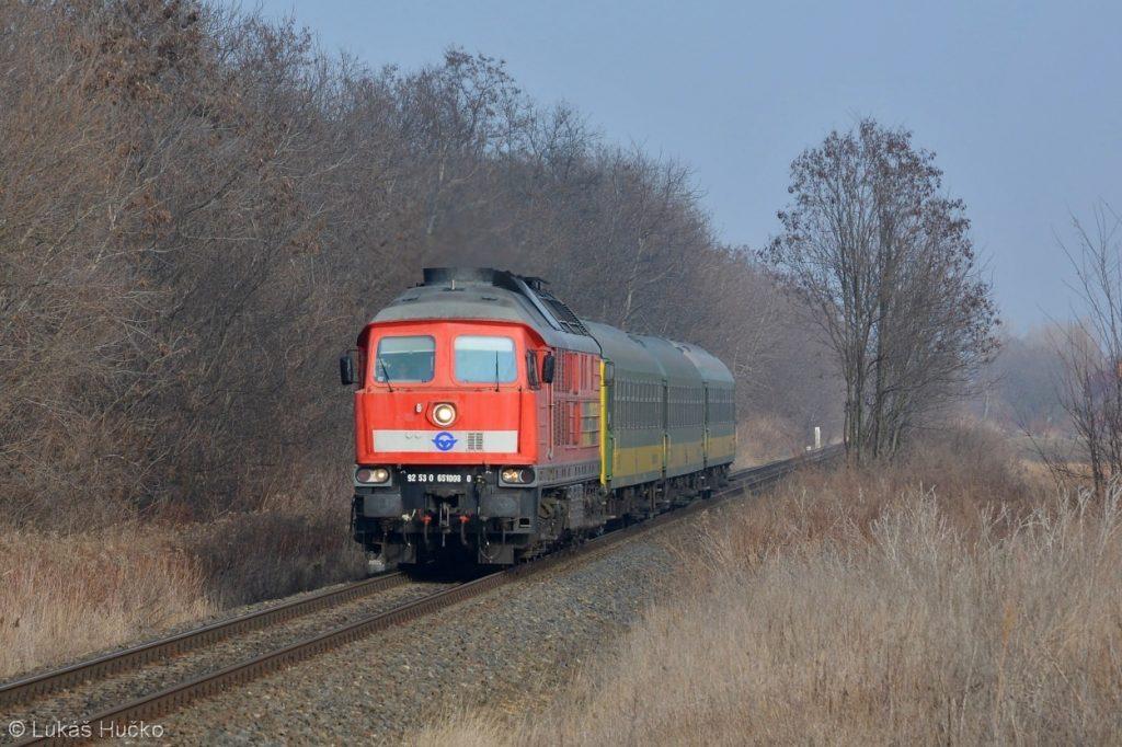 Ragulin 651.008 se zrychleným vlakem Györ – Szombathely u zastávky Ménfőcsanak