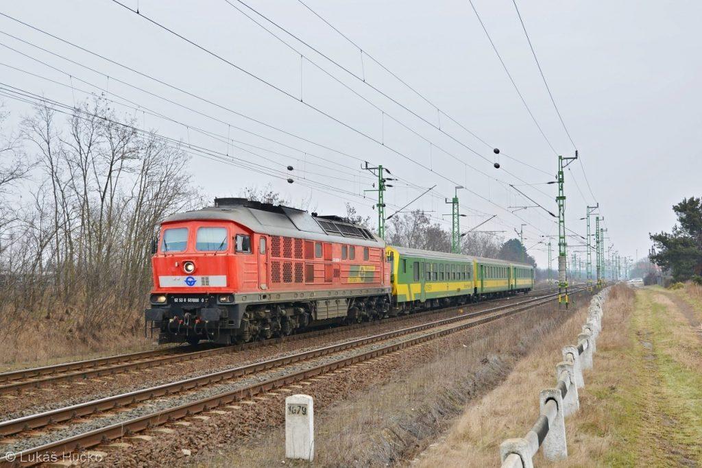 Ragulin 651.008 v čele zrychleného vlaku Györ – Szombathely krátce před cílem ve stanici Vép