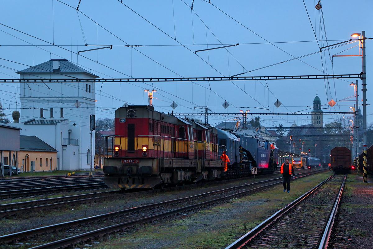 742 445 + 742 432 jedou s hlubinným vozem po 1. koleji