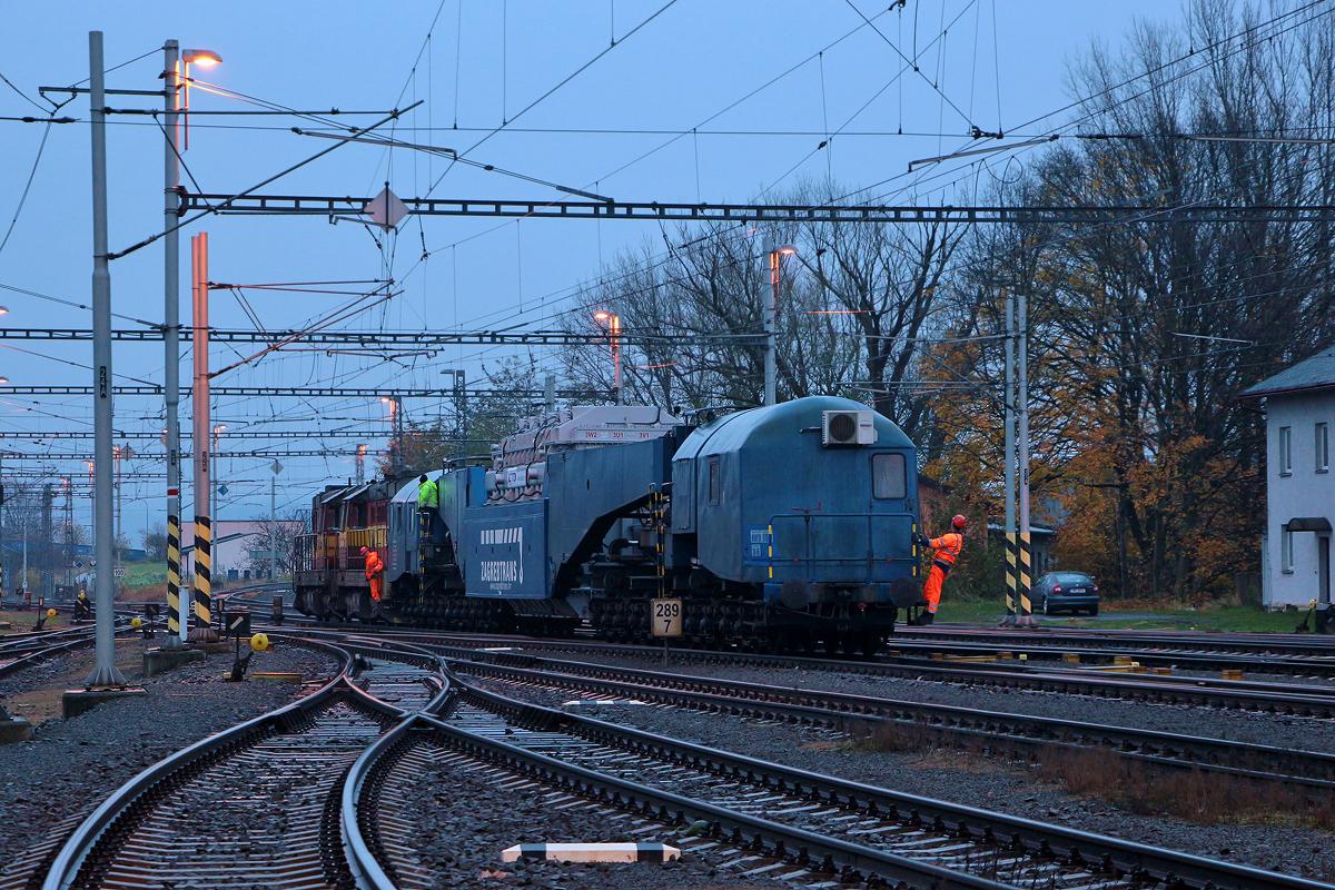 Hlubinný vůz Uaai-z s transformátorem je tažen do traťové koleje směr Krnov