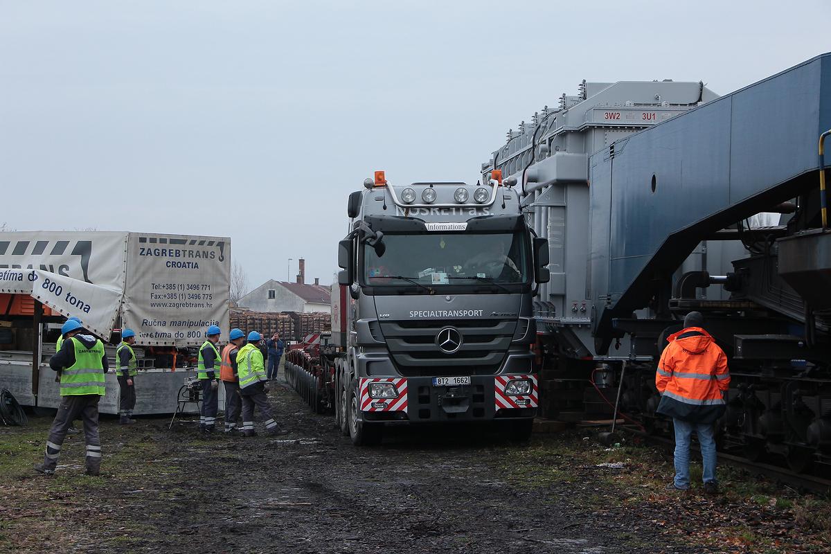 Kamion najíždí k hlubinnému vozu
