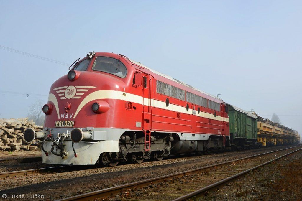 Nohab M61.020 na pracovním vlaku ve stanici Vinár