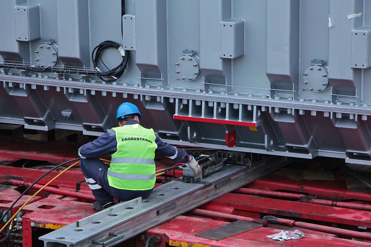 Posouvání trafa hydraulickou posuvnou jednotkou LUKAS