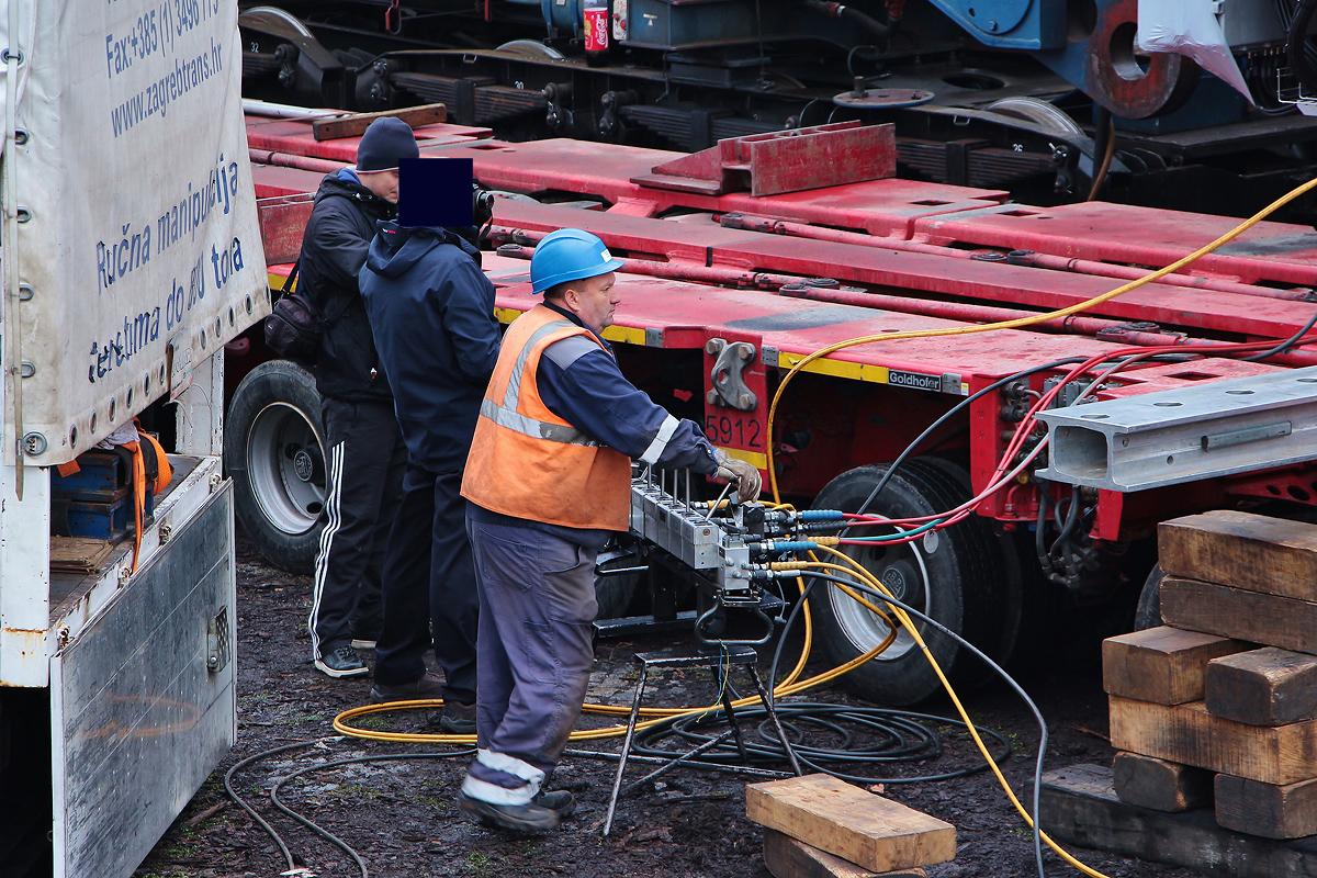 Pracovník ovládá hydrauliku