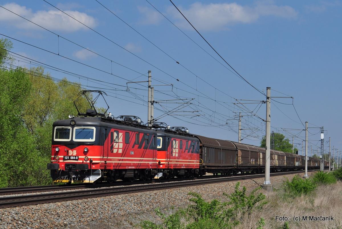 """10.… a pak presun k žst. Říkovice na príprah """"skútrov"""" IDSC 121.084+077 s nákladným vlakom."""