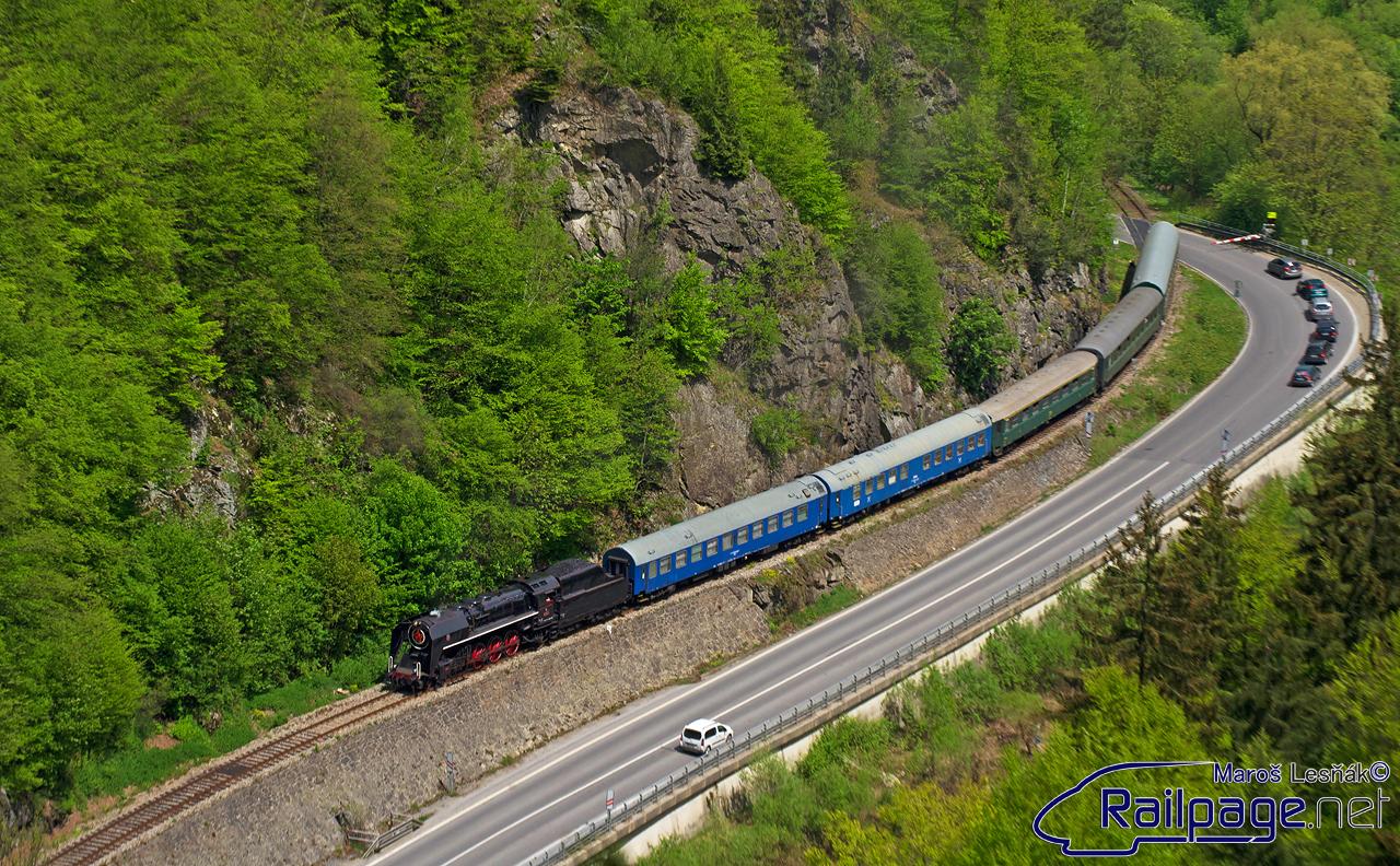 """13. Mája sa vybrala vrútocká """"Šľachtičná"""" 475.196 na Oravu. Už dlhšiu dobu som mal vyhliadnutý fotoflek na tejto trati a toto bola jedinečná príležitosť toto miesto navštíviť. A tak som sa premiérovo vybral na Oravu, aby som si tento mimoriadny vlak vyfotil pri jeho spiatočnej ceste."""