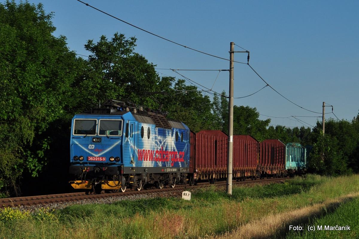 12.O pár dní došlo skoro ráno info, že na náklade Brno-Olomouc ide reklamné eso ČD Cargo 363.015 a tak som na neho vyrazil k zast. Vrahovice.