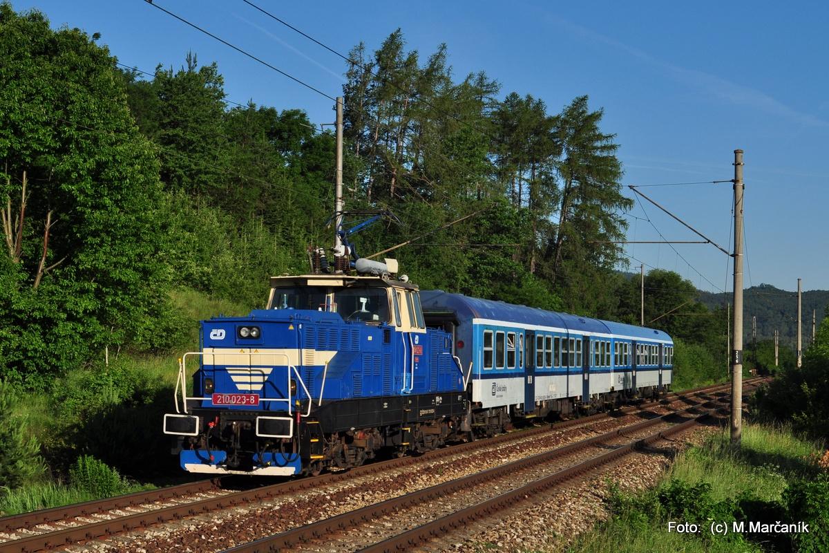 """15.Koncom júna začali jazdit koli výlukám na Brnensku na Os vlakoch Brno-Tišnov 2 """"žehličky"""" r.210. Tak som tam vyrazil tiež a zachytil som 210.023 v úseku Hradčany-Čebín na Os4959."""
