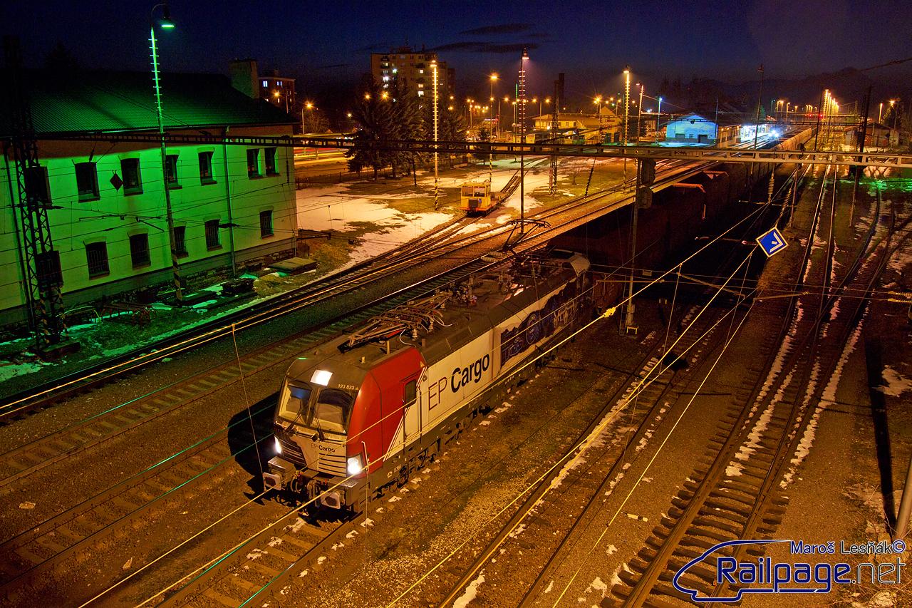 """Novinkou v tomto roku boli aj testovacie jazdy """"Vectronov"""" u štátnych dopravcov. Ako prvý si """"Vectron"""" 193.823 zapožičalo ZSSK Cargo. Na deň Valentína som na neho natrafil v žst. Liptovský Mikuláš, kedy so svojím vlakom zastal priamo pod lávkou pre peších. A tak vznikol tento záber."""