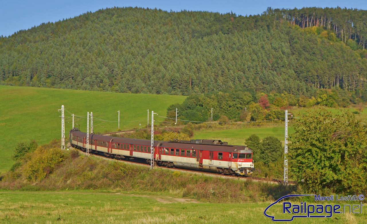 """Tento rok bol tiež zaujímavý tým, že sa podarilo obnoviť (aj keď len čiastočne) železničnú dopravu medzi Lipanmi a Plavčom. Vlaky sa tu dali stretnúť v piatok a nedeľu počas školského roka. Prvý októbrový deň som sa vybral k známemu oblúku nad obcou Krivany a vyfotografoval som elektrickú jednotku 460.031/029 """"Pantograf"""" na ceste do Plavča."""