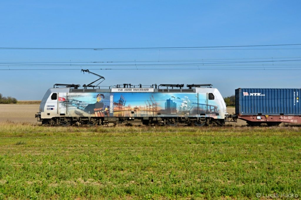 386.020 projíždí mezi zastávkami Stratov a Ostrá