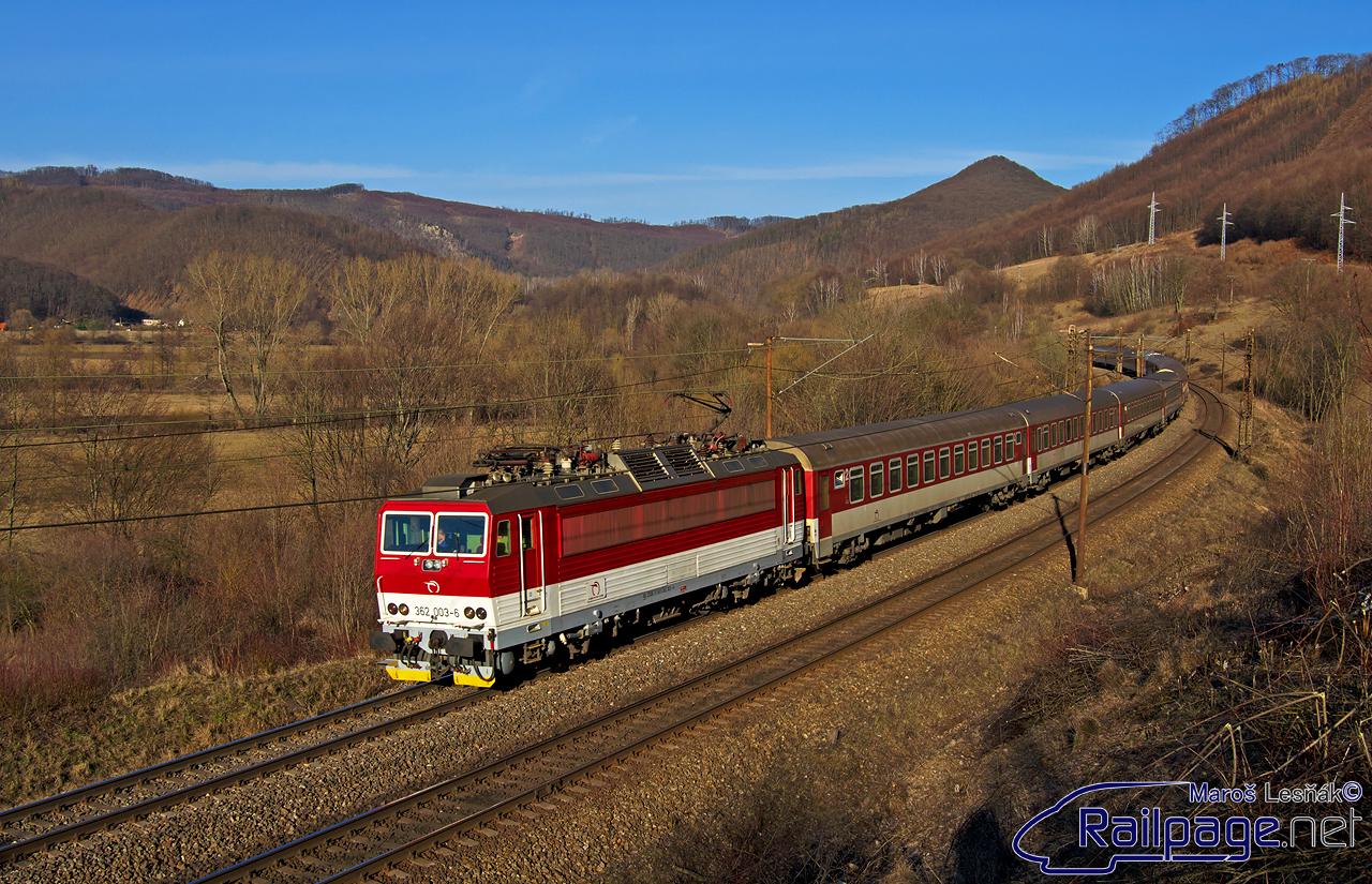 """V marci som navštívil traťový úsek medzi žst. Kysak a žst. Malá Lodina. Bol na mnohých miestach po výrube """"traťovákmi"""". Na jednej z fotiek som zachytil prechod nedeľného rýchlika 17612 Šarišan na čele s """"esom"""" 362.003."""