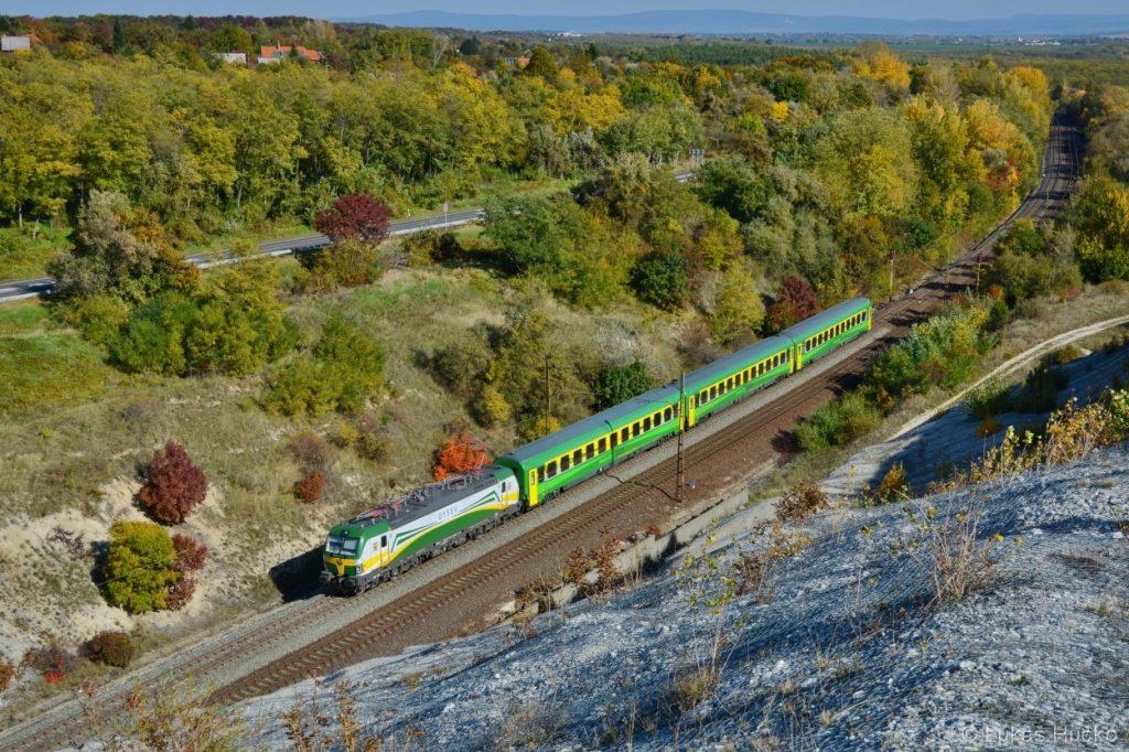 471.501 v čele IC vlaku z Budapešti u Száru