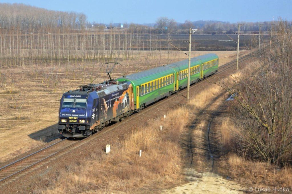 480.004 sviští s IC vlakem z Budapešti nedaleko Csorne