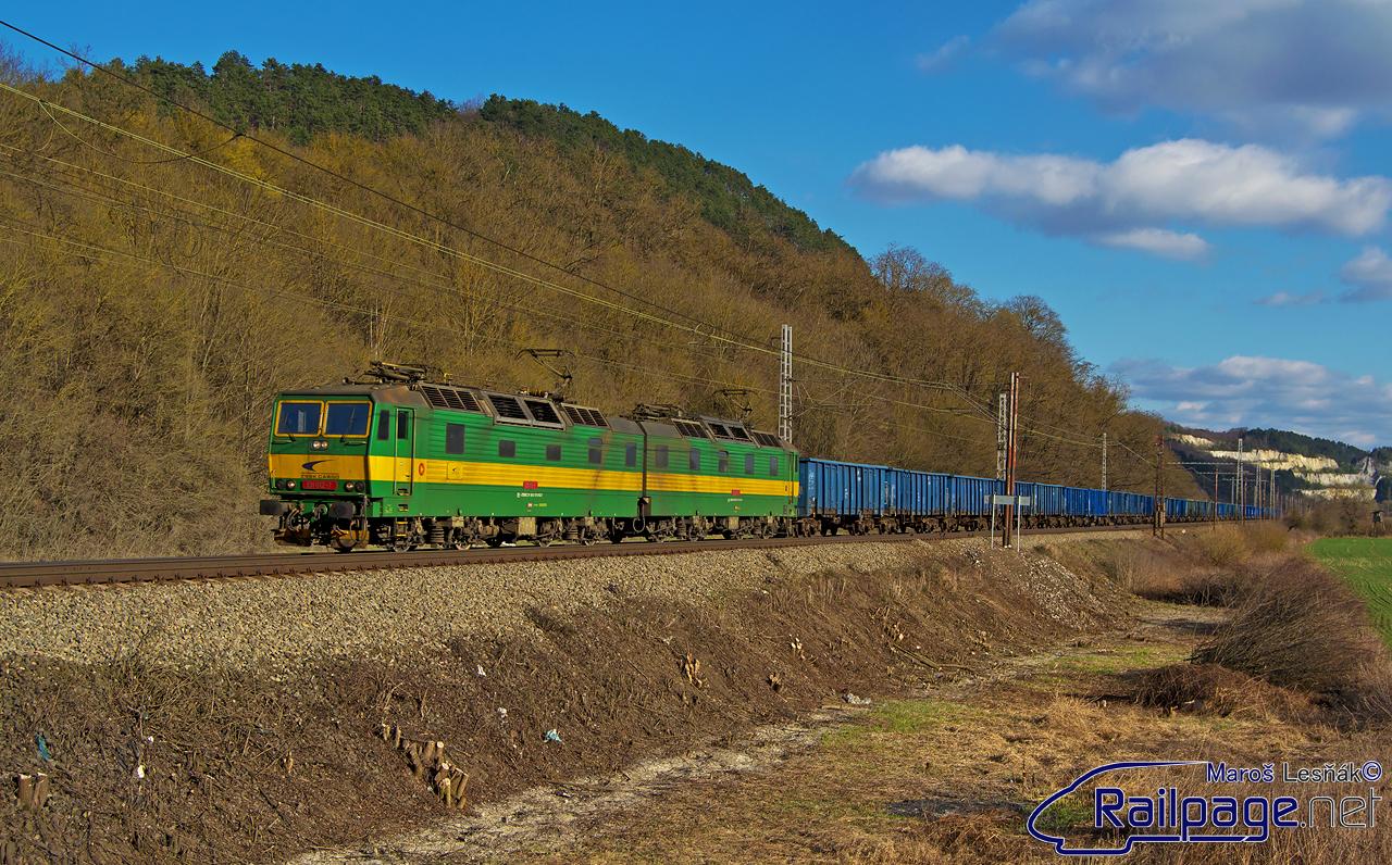 """Ako už bolo spomínané, viaceré miesta na tratiach ŽSR prešli tento rok výrubom v ich blízkosti. Práve preto vznikli nové, zaujímavé """"fotomiesta"""". Jedným z nich je aj miesto pred zastávkou Trebejov v smere od Košíc. 26. marca som pri čakaní na """"Vectron"""" 193.222 (ktorý mal tento deň premiéru na vlaku ZSSK) zachytil """"dvojičku"""" 131.011/012 s poľskou ucelenkou."""