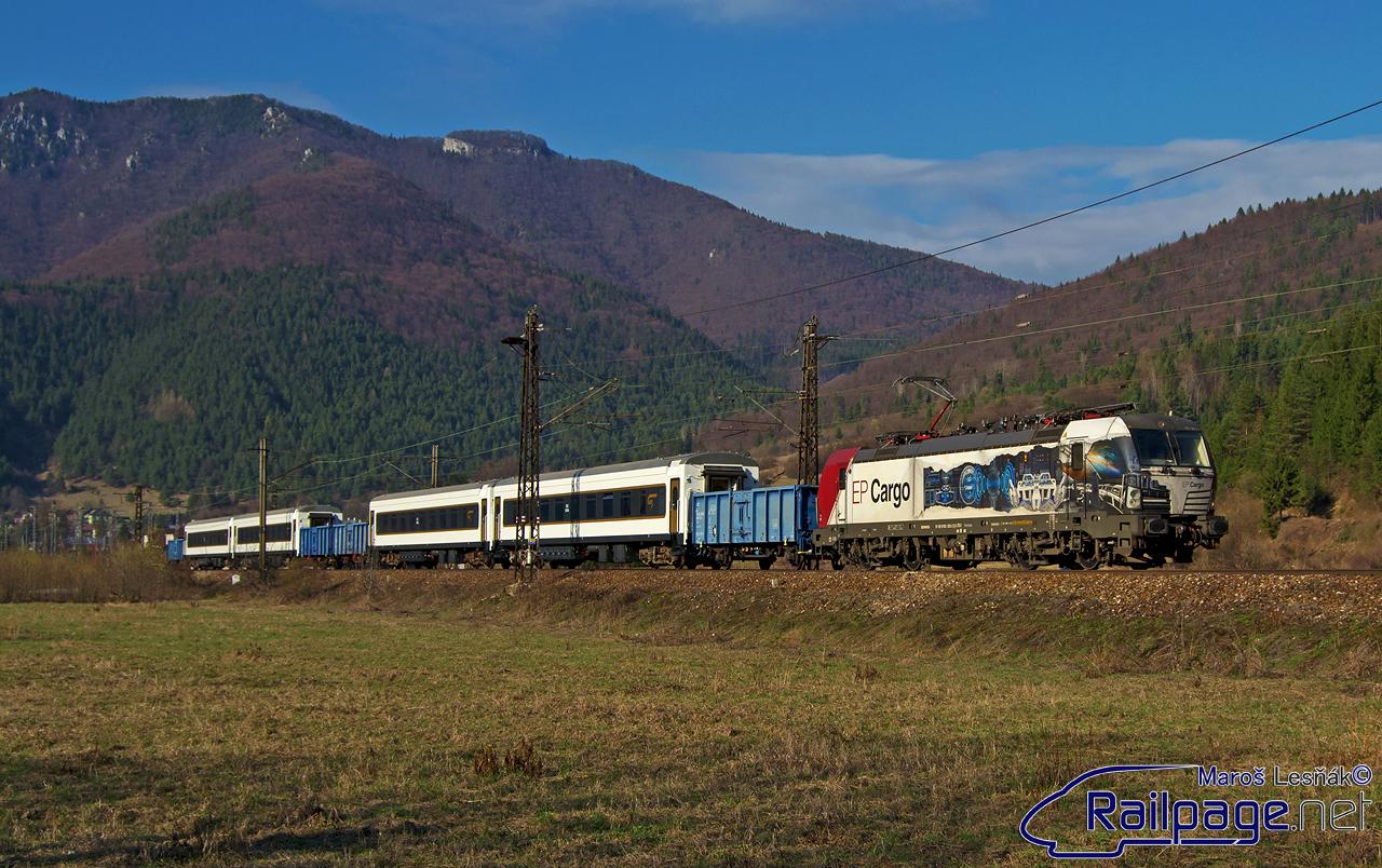 """O deň neskôr, pri ceste zo školy som dostal informáciu o preprave vozňov pre Azerbajdžanské železnice, ktoré boli na modernizácii v ŽOS Vrútky. Do čela tejto prepravy sa postavil, už dnes spomínaný, """"Vectron"""" 193.823. Ja som si tento vlak počkal pred žst. Ľubochňa."""