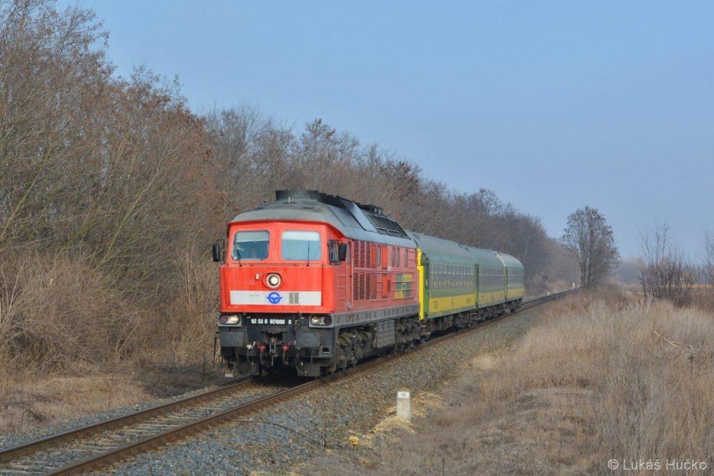 Ragulin 651.008 v čele osobního vlaku Györ – Szombathely u zastávky Menfocsanak
