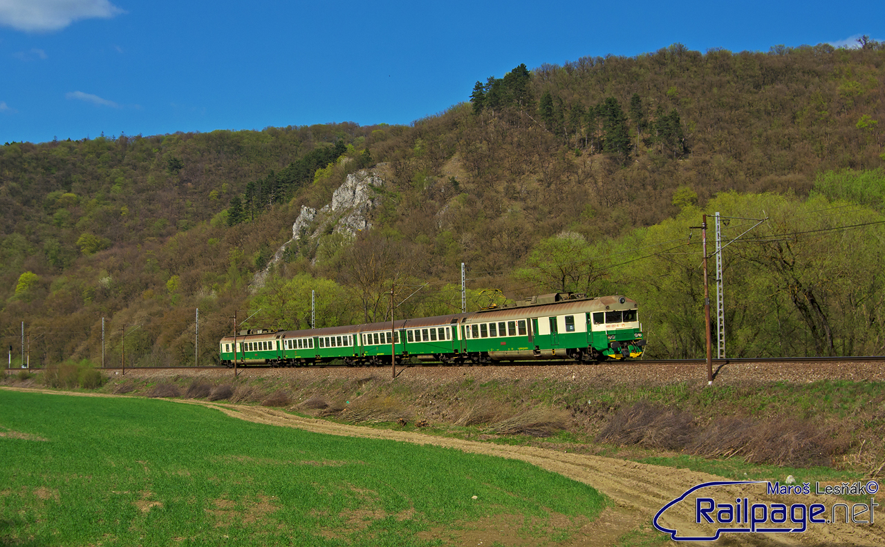 """Je tu začiatok Apríla a s ním aj príchod Jari. Príroda sa začína zozelenievať a mňa to ťahá k trati. Vybral som sa k oblúku medzi zastávku Trebejov a žst. Kostoľany nad Hornádom. Jedným z odfotených vlakov je aj Os 7821 na ktorý bol v tento deň nasadený krásny zelený """"pantograf"""" 460.051."""
