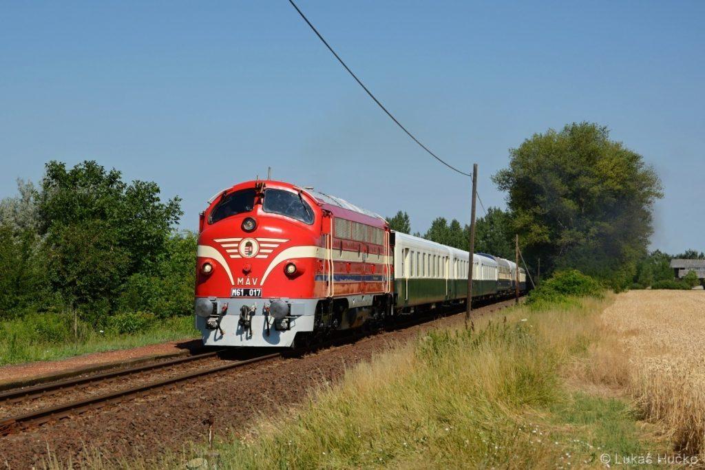 Nohabka M 61.017 v čele zvláštního vlaku na zastávce Ravazd