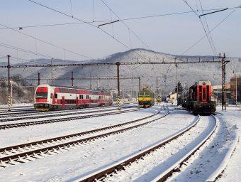 Okolo lokomotív 742193 a131081/082 prechádzala elektrická poschodová jednotka 671/971 004 ako osobný vlak zKošíc do Prešova.