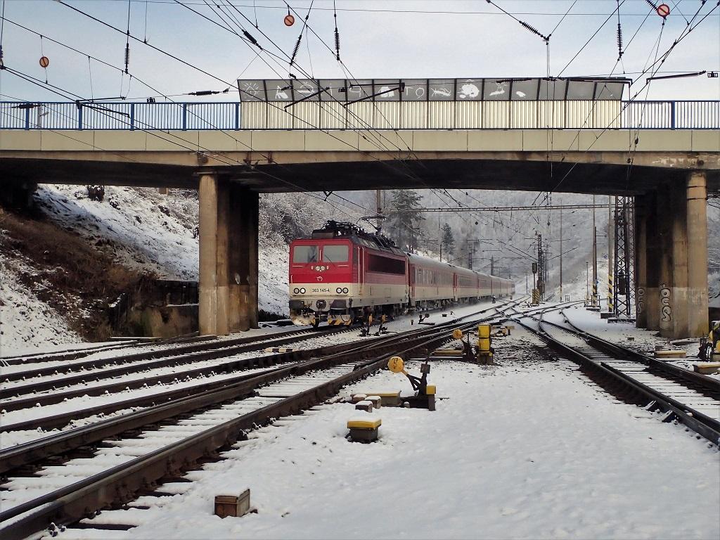 Na tomto zábere spomaľujeeso 363145 sregionálnym expresom 767 do stanice Kysak.
