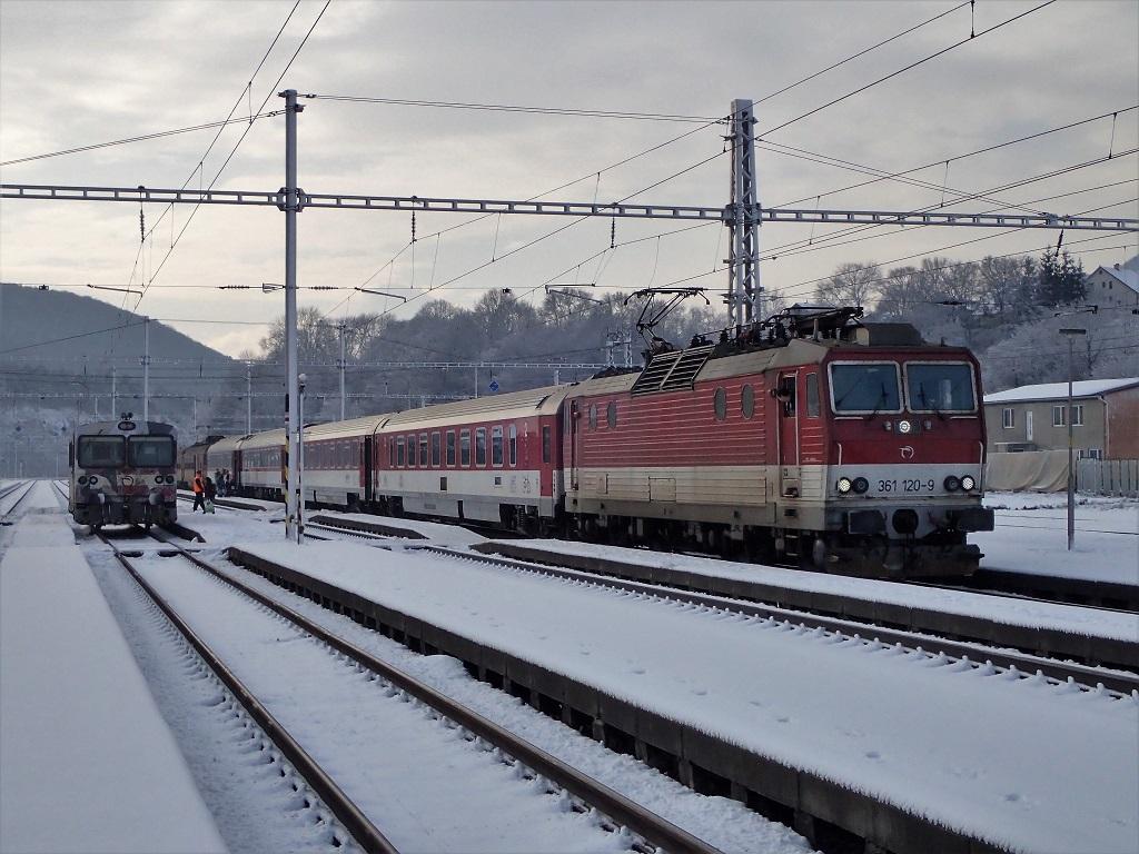 Osobný vlak zKošíc do Popradu vedený lokomotívou 361120 ...