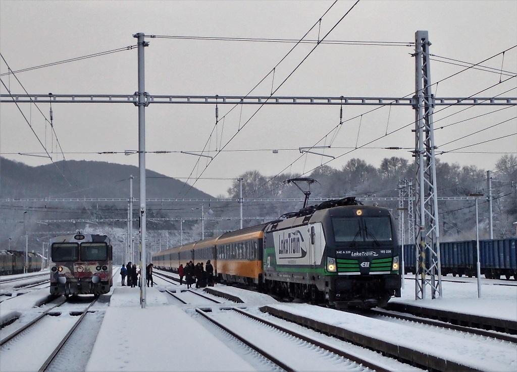 Vlak RJ1012 zastavuje pri nástupišti.