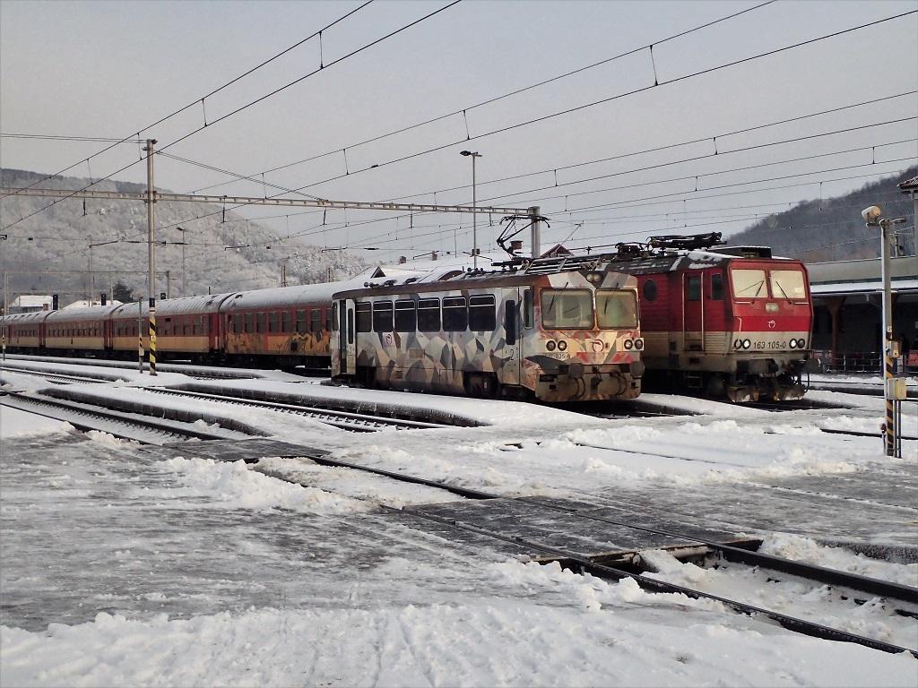 Vedľa motorového vozňa 812035 zastavil osobný vlak zLipian do Košíc.