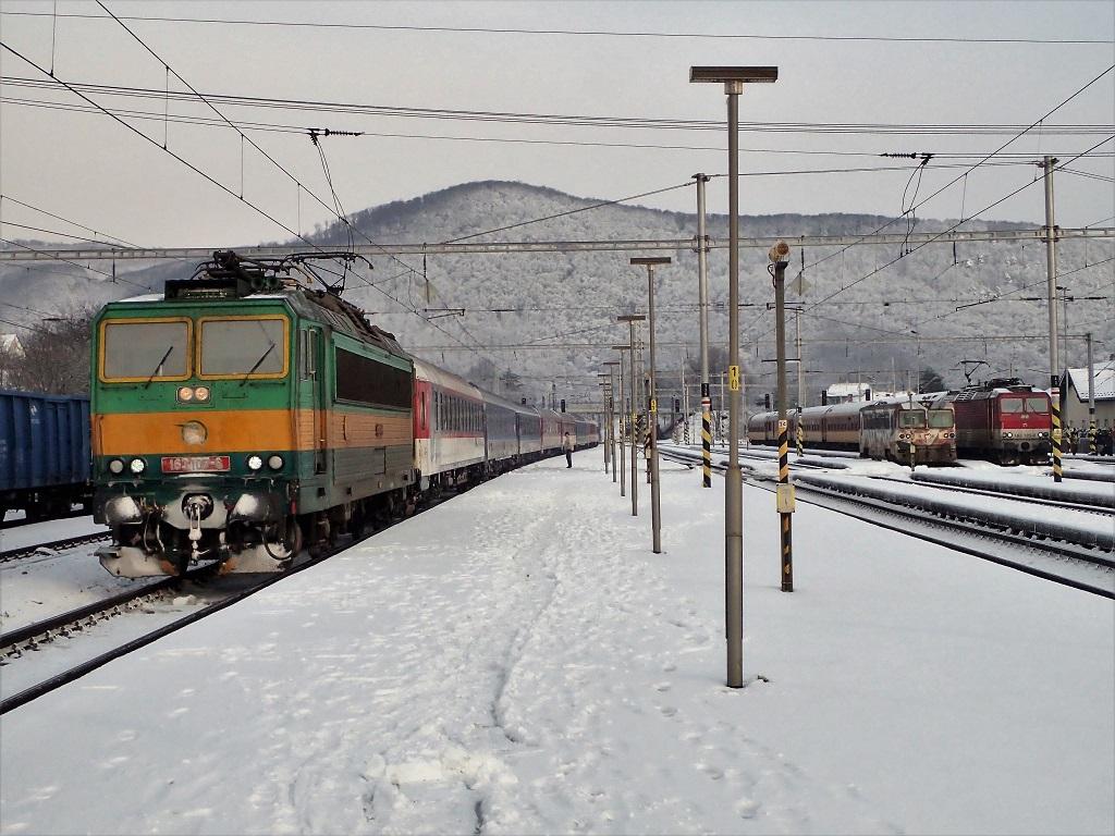 Na prvej koľaji bol oniekoľko minút neskôr zachytený zastavujúci vlak EN 443 Slovakia dopravovanýperšingom 163107.