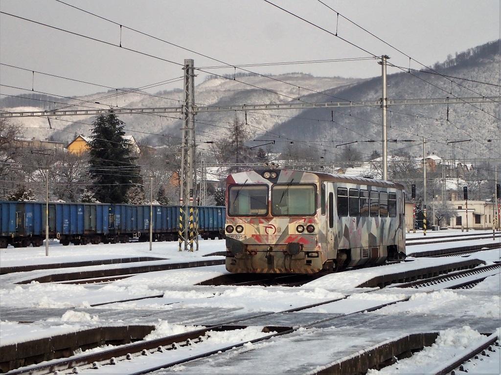 Portrétovka motoráka 812035, ktorý vyčkáva na čas odchodu ako vlak 8712 do Prešova. Do depa vHumenom bol redislokovaný zo Zvolena pri zmene grafikonu vdecembri 2017.
