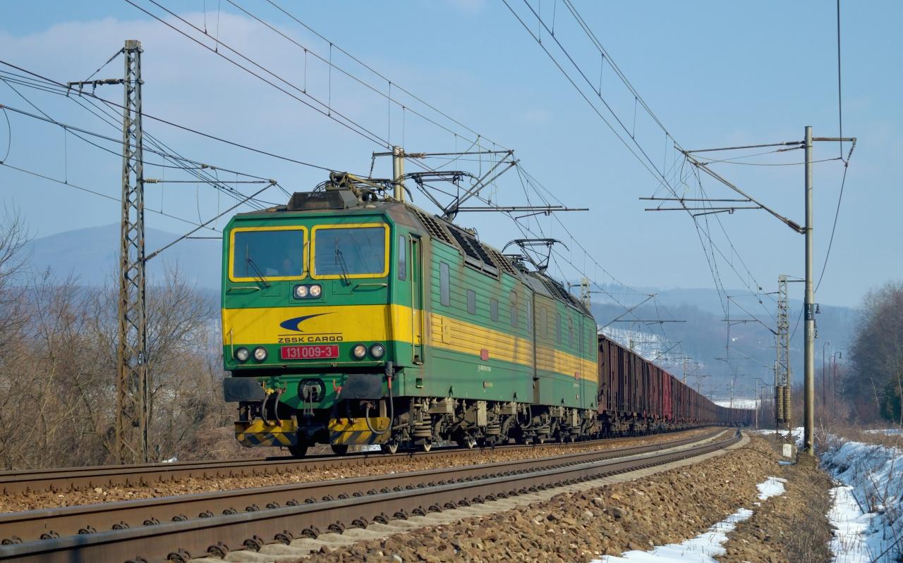 Po vystúpení z osobného vlaku 8809 som sa vybral ku kameňolomu. Netrvalo dlho, a už bolo z diaľky počuť nákladný vlak predierajúc sa slanskými vrchmi, ktorý bol vedený a v úseku Kuzmice - Ruskov aj tlačený dvojičkou ZSSKC. Do čela sa postavila dvojička 131.009/010. 