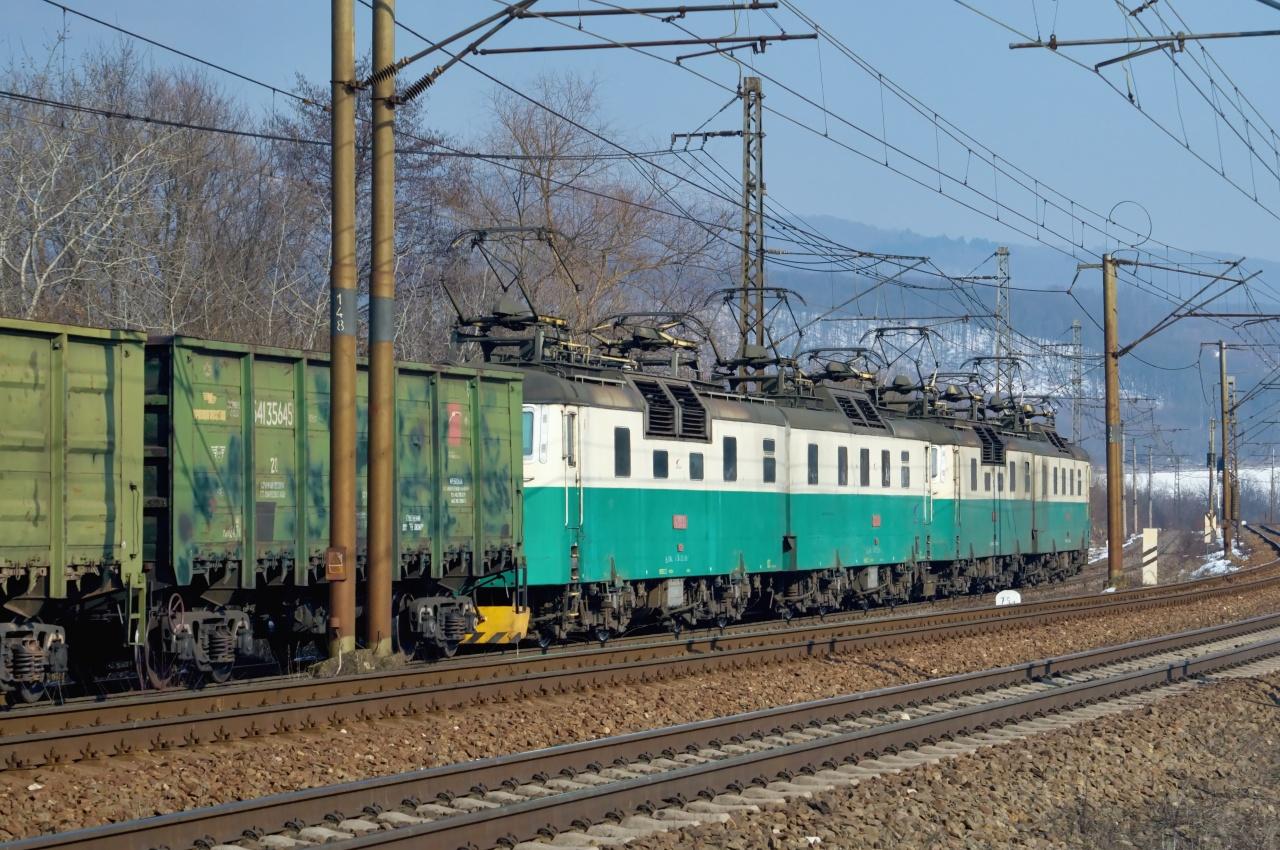 Chvíľku na to som za chrbtom počul zvyčajný klepot kolies ruských vagónov na širokom rozchode alebo inak, z dôvodu výluky v Budkovciach posunutý druhý ranný haniščiansky nástup na štvoričku o 8:20. Štvorička ZSSKC 125.815/816 + 125.817/818 s 53 vagónmi pod označením PN 52075 Haniska pri Košiciach ŠRT - Maťovce ŠRT. 