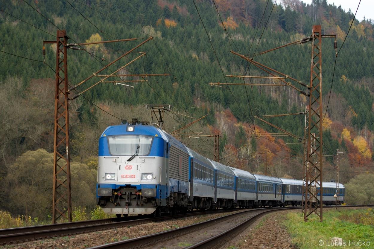 Bezprávím se vlní stroj 380.002 na čele vlaku EC 148 dne 05.11.2014
