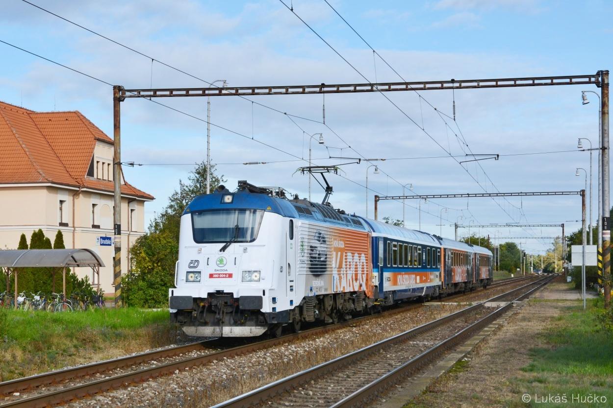 Již historický průjezd zastávkou Brodské se strojem 380.004 dne 06.10.2017