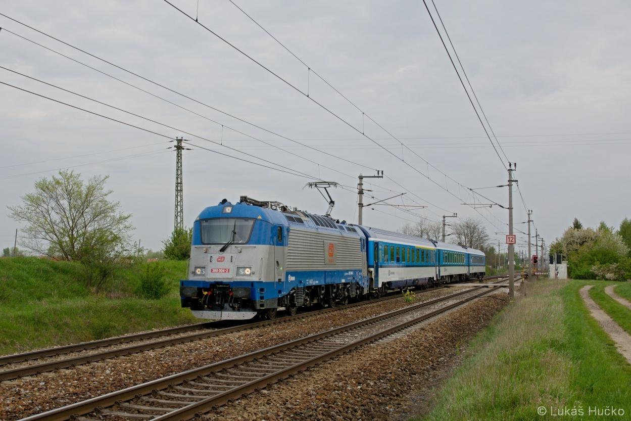 Jsme v Rakousku a proto označení vlaku je D 101 a v jeho čele se ukazuje 380.004 u stanice Drösing 26.04.2015