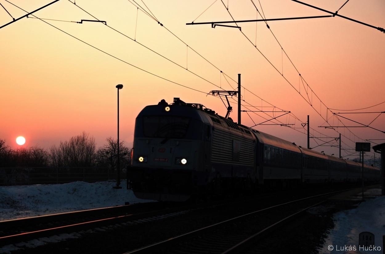 Psal se datum 26.01.2013 a stroj 380.004 jel v čele EC 102 Osekem na Bečvou