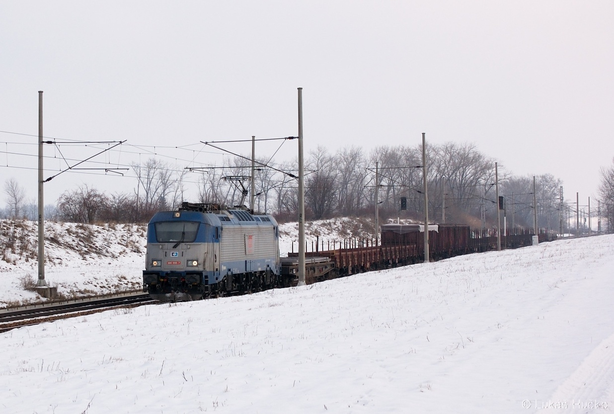 V čele nákladního vlaku je 380.006 poblíž Hrušek 30.01.2011