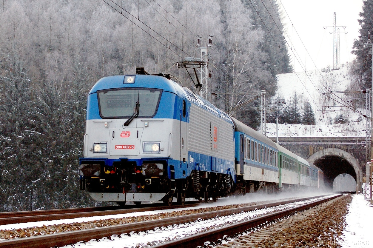 Stroj 380.007 opustil Muzlovský tunel dne 30.12.2010 s vlakem IC 572