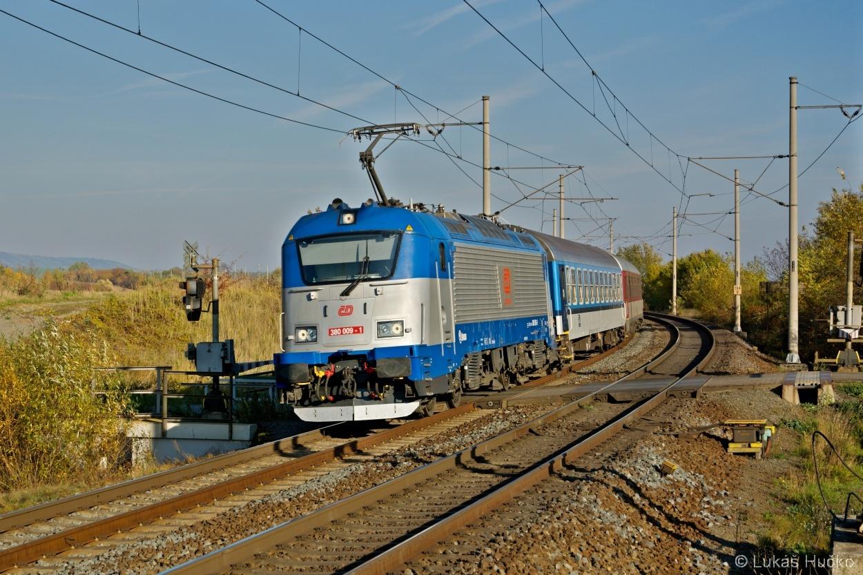 380.009 projíždí zastávku Osek nad Bečvou 01.11.2015 s vlakem EC 222