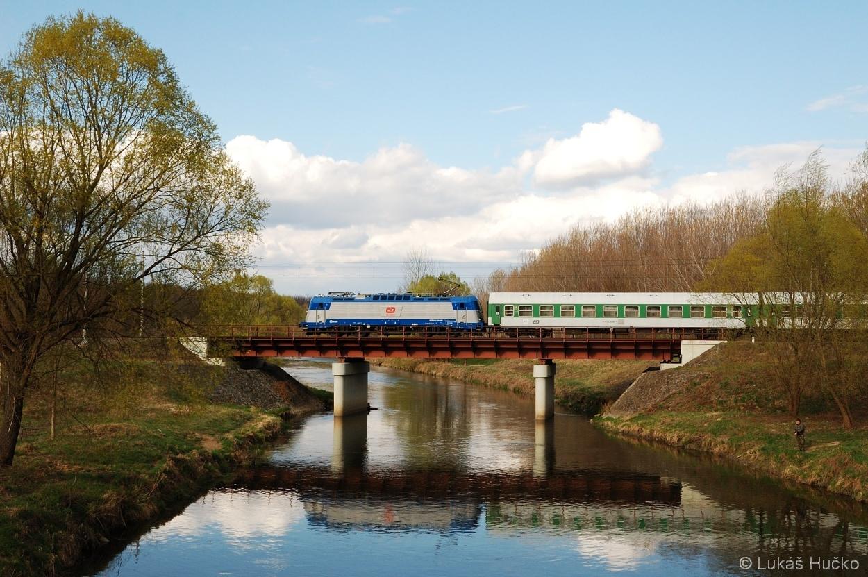 Opět R 810, tentokrát se strojem 380.009 poblíž Vranovic 08.04.2012