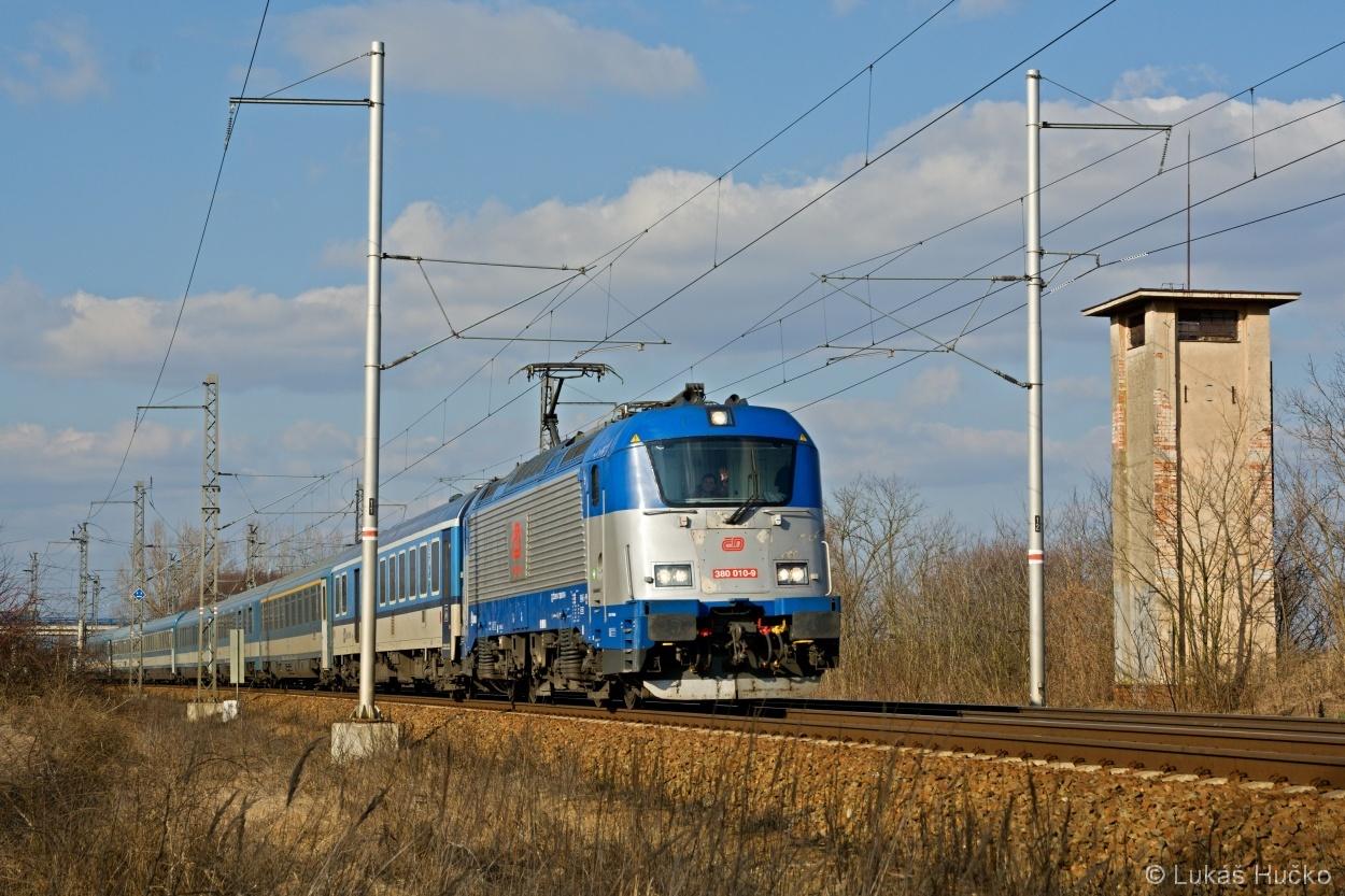 """""""Desítka"""" 380.010 vjíždí s vlakem EC 171 do Břeclavi dne 06.03.2015"""