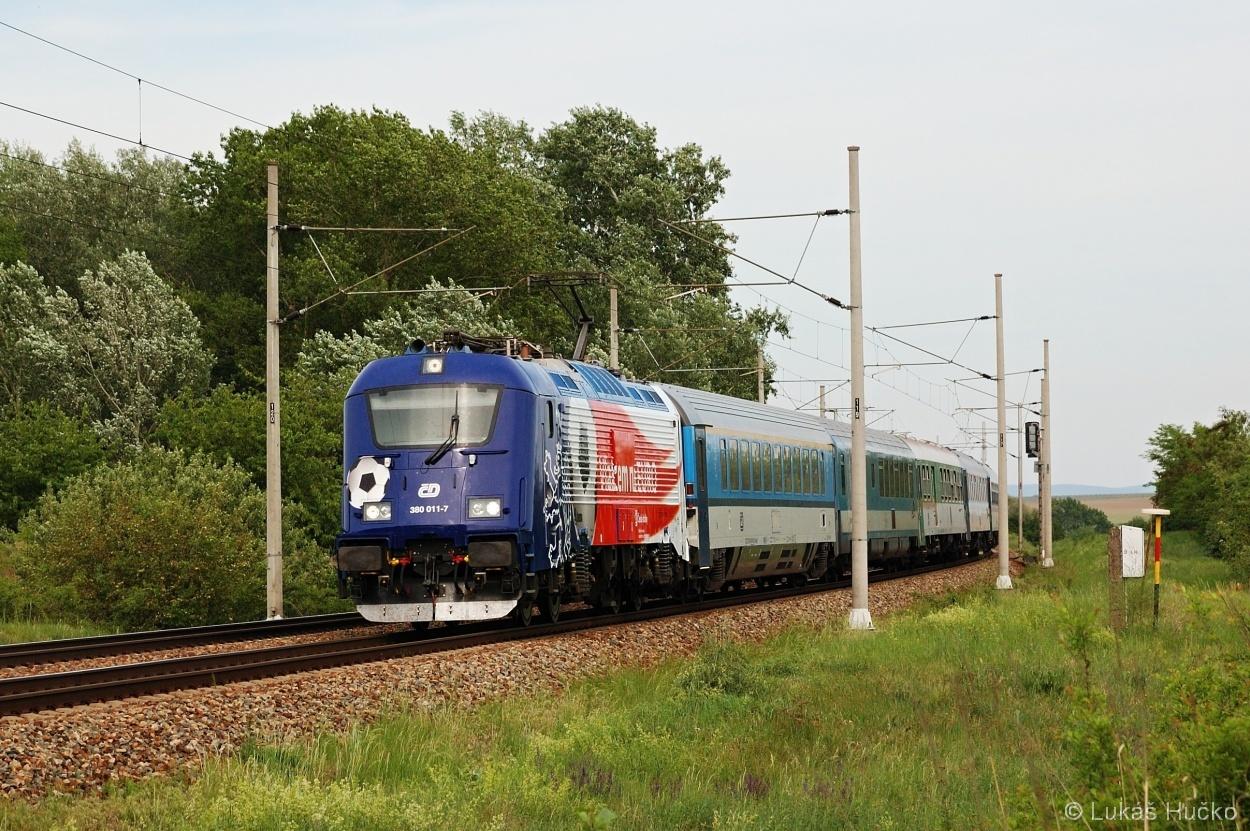 Reklamní stroj 380.011 v čele EC 137 u Hrušek dne 11.05.2012