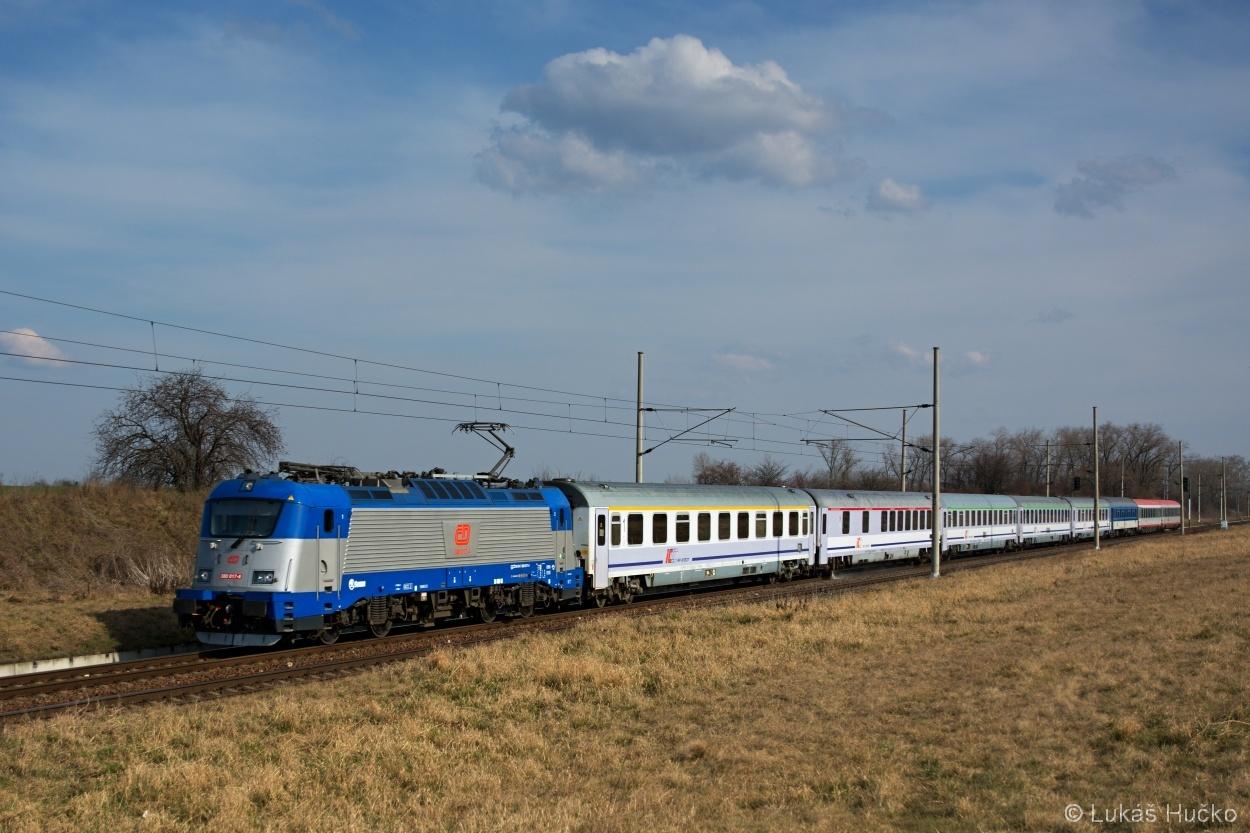 380.017 na čele EC vlaku 103 u Hrušek dne 02.03.2014