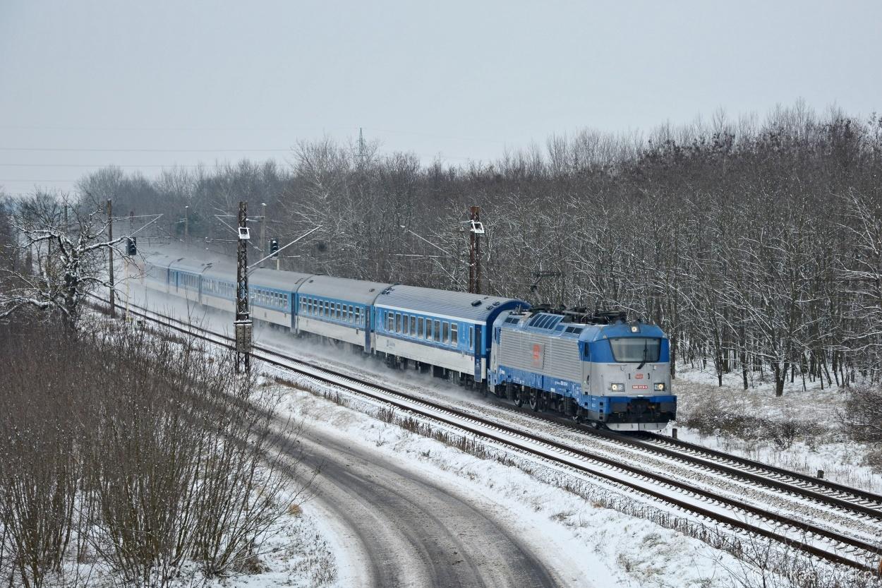 380.019 opět za zastávkou Brodské s vlakem EC 275, avšak tentokrát i se sněhem 05.01.2016