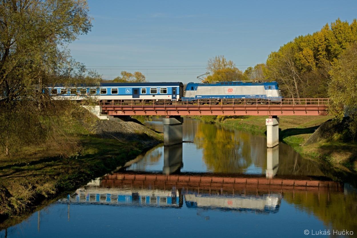 Stroj 380.019 poblíž Vranovic dne 08.11.2015 na čele vlaku EC 171
