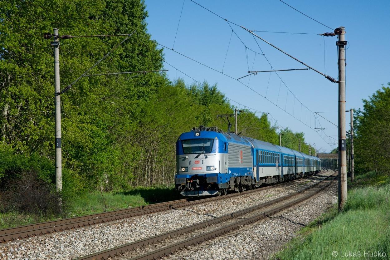 Poslední vyrobená 380.020 klopí oblouček před zastávkou Brodské 11.05.2015 s vlakem EC 274
