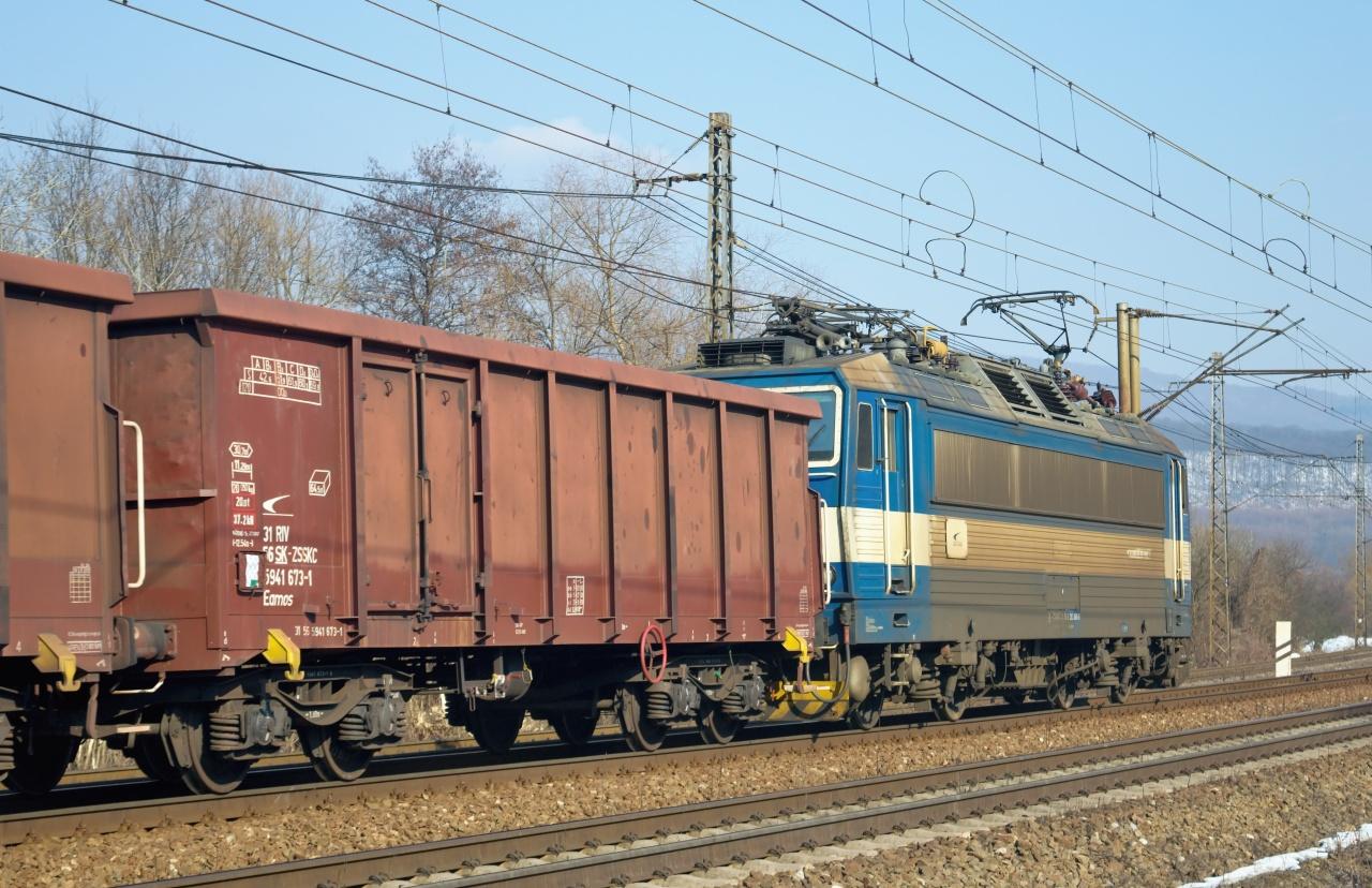"""Na postrku v úseku Kuzmice - Ruskov rakani vypomáhalo štandardne umyté Cargo ,,ESo"""" 363.096."""
