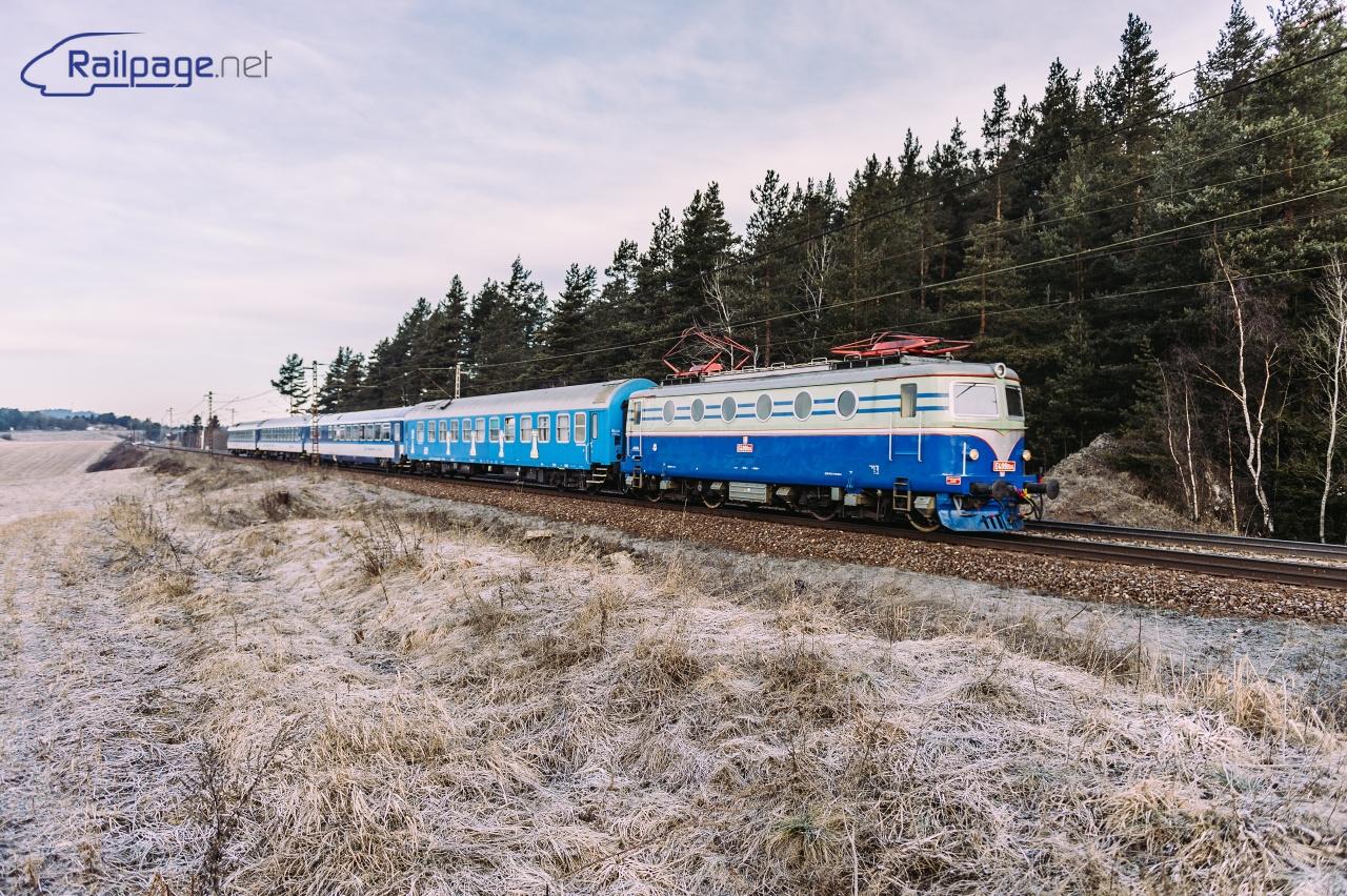Modrá Bobina sa s vlakom blíži k predzvesti do stanice Svit. Autor: Peter Dirga